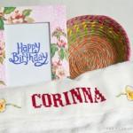 Besticktes Handtuch und Apfelblüten-Bilderrahmen für Cori
