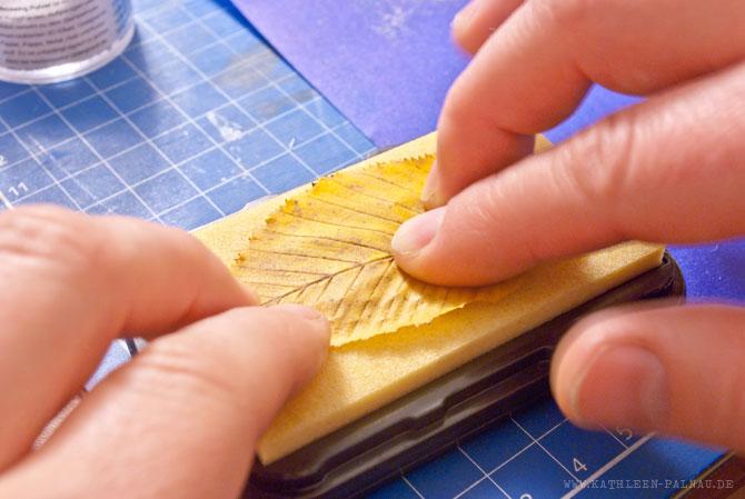 Embossing-Laternen: Kleber auf den Blättern auftragen