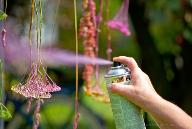 Pflanzenstängel mit Farbe besprühen