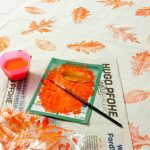 Den Herbst einfangen: Mit Laub bedruckter Stoff