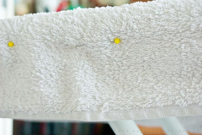 Handtuch an dem Bügelbrett feststecken