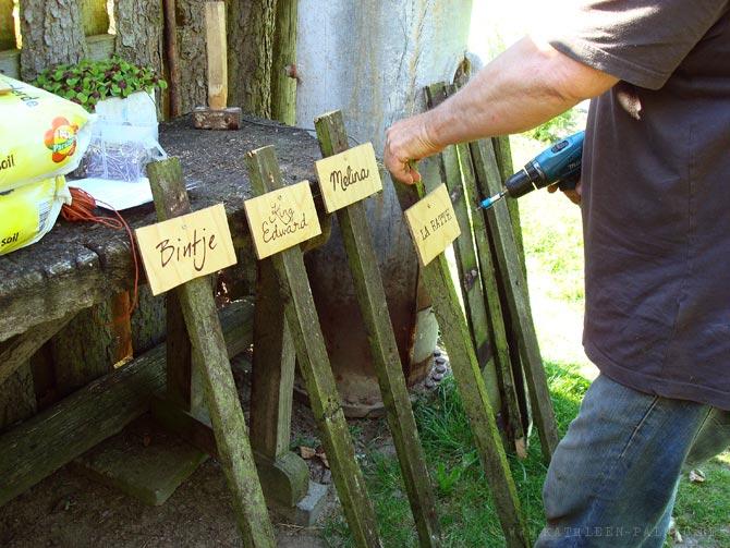 Schilder an die Pflöcke anschrauben