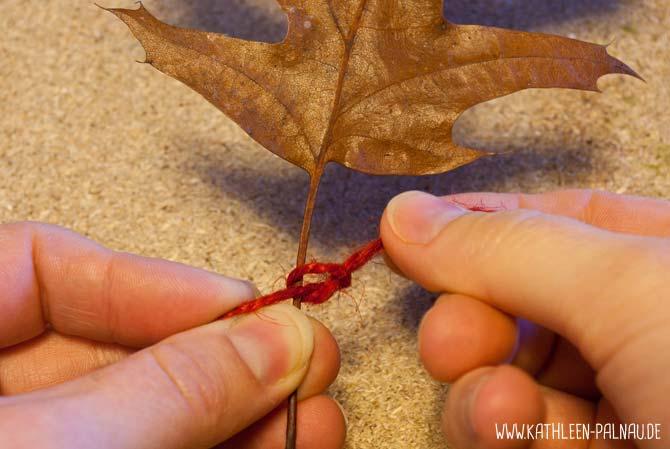 Blättergirlande basteln - Faden knoten
