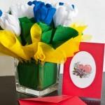 Blumengesteck aus Krepppapier und bestickte Karte zur Hochzeit