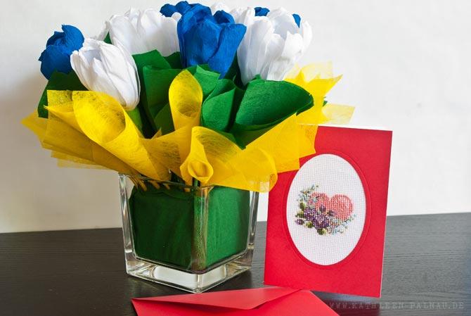 Blumengesteck und Hochzeitskarte