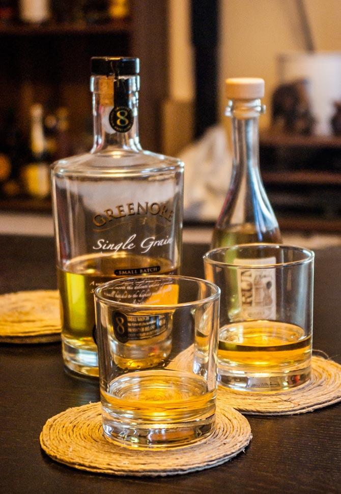 Whiskygläser auf den Untersetzern