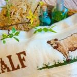 Mit Kühen baden gehen – ein besticktes Handtuch für Papa
