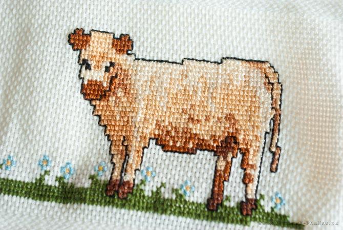 Helle Kuh auf dem Handtuch für Papa