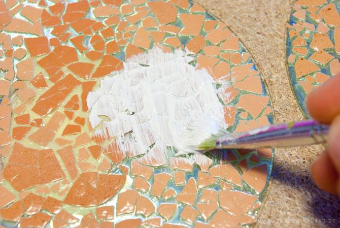 Weiße Grundierung auf den getrockneten Kleber auftragen