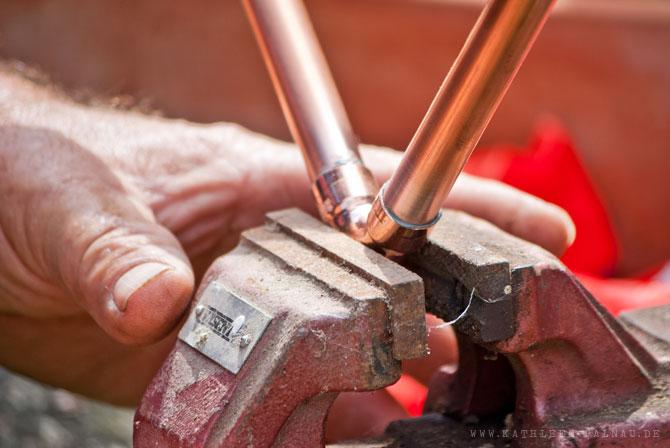 Zu lötende Teile auf dem Schraubstock befestigen