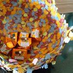 Farbenfrohe Konfettischale zum Kindergeburtstag