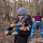 Corinna sammelt fleißig Holz