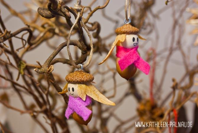 Aufgehängt an den Zweigen des Korkenzieherhasels
