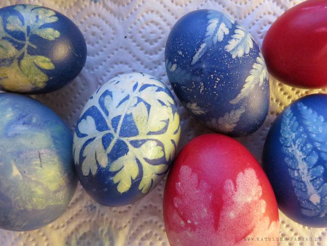 Fertige Blaue und Rote Ostereier