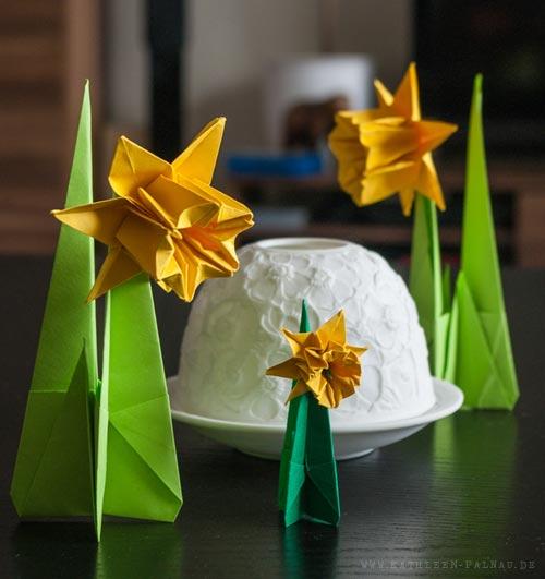Drei Osterglocken und ein Windlicht