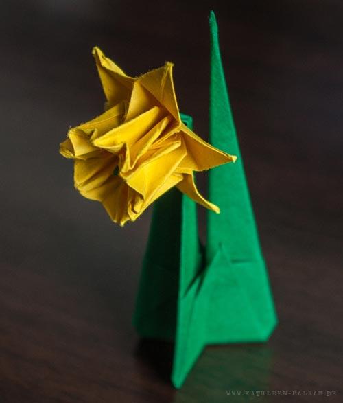 Die erste Origami-Osterglocke! Ein echter Winzling ;)